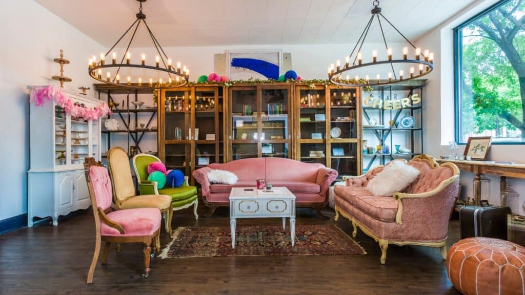 Bright White Storefront with Stylish Amenities chicago rental